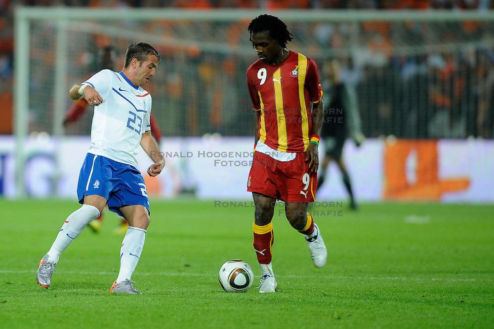 01-06-2010 VOETBAL: NEDERLAND - GHANA: ROTTERDAM<br /> Nederland wint vrij eenvoudig de oefenwedstrijd van Ghana / Rafael van der Vaart en  Derek Boateng<br /> &copy;2010-WWW.FOTOHOOGENDOORN.NL