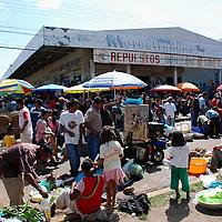 Gente en mercado de los sabados en centro de Puerto Ayacucho, estado Amazonas, Venezuela. ©Jimmy Villalta
