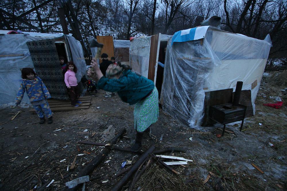 Eine ärmliche Hüttensiedlung einer Roma-Familie im Südwesten des winterlichen Moskaus (c) images.de/Timo Vogt (A settlement of a Roma family in the southwest of Moscow in Wintertime.)