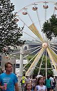 Nederland, Nijmegen, 12-7-2014Recreatie, ontspanning, cultuur, muziek en theater in de stad aan de rivier Waal tijdens de zomerfeesten. Zicht op het reuzenrad op de Waalkade. Een van de vele feestlocaties in de stad. De vierdaagsefeesten zijn het grootste evenement van Nederland.Foto: Flip Franssen/Hollandse Hoogte