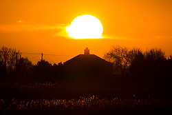 © Licensed to London News Pictures. 19/01/2020. Pondersbridge UK. The sun rises this morning over a house in the village of Pondersbridge in the Cambridgeshire Fens. Photo credit: Andrew McCaren/LNP
