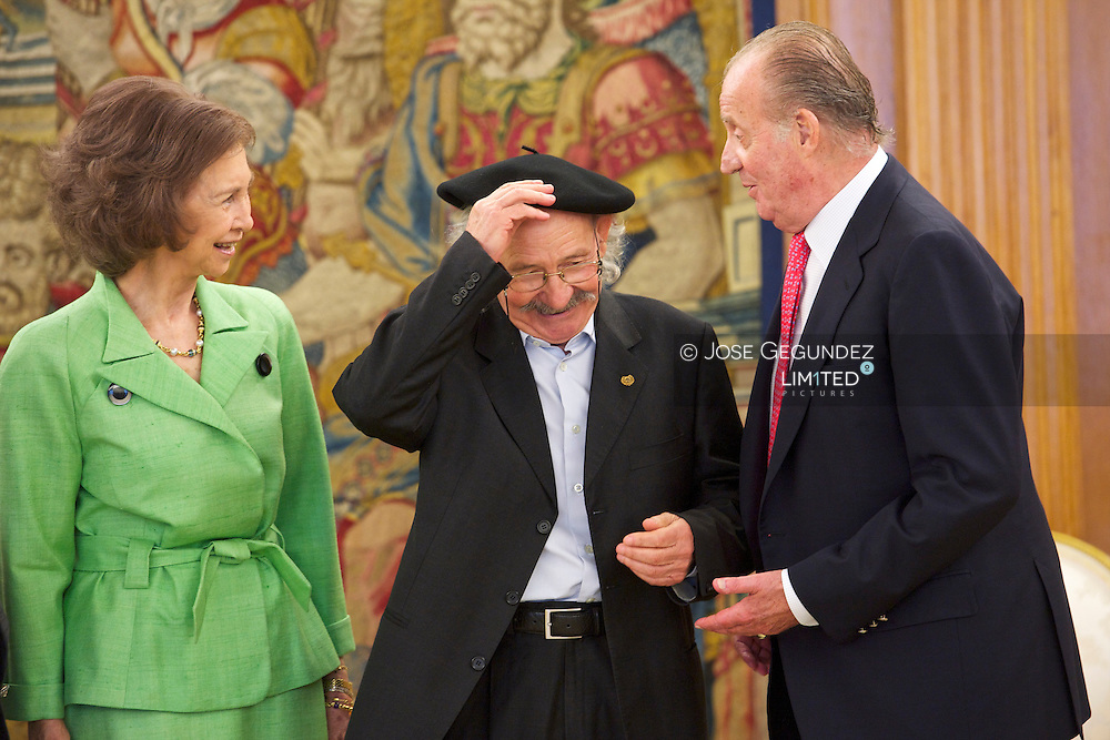 Spanish King Juan Carlos and Queen Sofia attend an audience with painter and sculptor Agustin Ibarraloa  Goicoechea and his wfie, Mari Luz, at Palacio de la Zarzuela in Madrid
