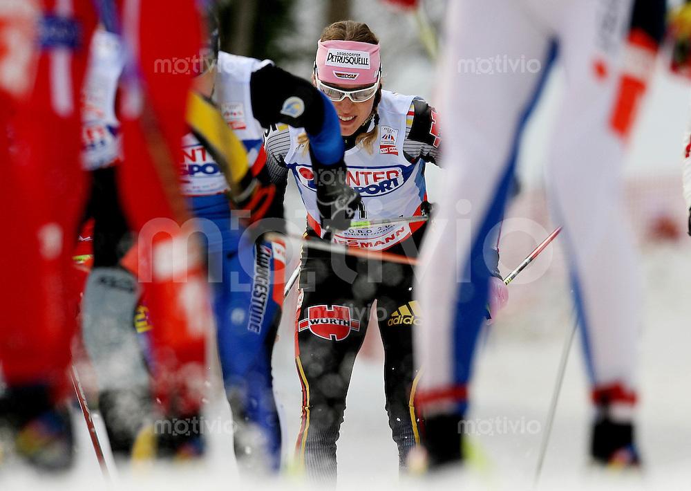 Sapporo , 030307 , Nordische Ski Weltmeisterschaft  Frauen 30km ,  Evi SACHENBACHER - STEHLE (GER) im Pulk