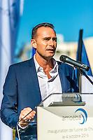 Fabrice Plasson President et co-fondateur d&rsquo;Amoeba<br /> <br /> Chaque annee, quelque 50 000 tonnes de produits chimiques chlores sont deversees dans les eaux fran&ccedil;aises au nom de l&rsquo;assainissement.<br /> L&rsquo;entreprise lyonnaise Amoeba a trouve un nouveau moyen plus efficace, plus ecologique et plus economique de traiter les eaux: l&rsquo;utilisation d&rsquo;un agent biologique eradiquant les legionelles et les amibes libres telles que Hartmannella et Acanthamoeba.A la place de produits chimiques comme le chlore, elle preconise d&rsquo;utiliser un biocide , Willaertia magna C2c Makyla, predateur naturel des bacteries presentes dans l&rsquo;eau. <br /> Cette bacterie decouverte dans les eaux thermales d'Aix les Bains a ete decrite pour la premiere fois en 1984. Tres presente dans les eaux, on la trouve egalement dans le sol jusqu&rsquo;a une profondeur de 50 centimetres. <br /> Dans&nbsp; l'univers impitoyable de son environnement microbien, la bacterie s&rsquo;est fait sa place en detruisant d&rsquo;autres bacteries.<br /> Willaertia magna C2c Maky s&rsquo;attaque en particulier a plusieurs especes de legionelles, a des amibes et a de nombreuses bacteries pathogenes pour l&rsquo;homme. <br /> Ces bacteries se rencontrent notamment dans les&nbsp; circuits aero-refrigerants de nombreuses industries &nbsp;ou de l&rsquo;eau de process doit etre refroidie en grandes quantites. <br /> Ces circuits sont des milieux favorables a la proliferation de Pseudomonas, de Listeria et de Klebsiella.<br />   <br /> Willaertia magna est une amibe thermophile (temperature optimale de croissance : 43&deg; C) mesurant de 50 &agrave; 100 &micro;m de diametre pour sa forme trophozoite, et de 18 &agrave; 21&micro;m de diametre lorsqu'elle est enkystee. Le genre Willaertia a ete decrit pour la premiere fois par de Jonckheere en 1984.