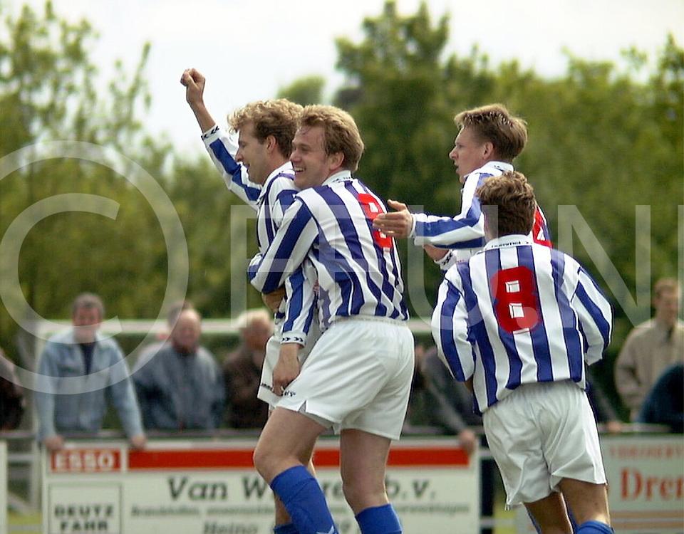 Fotografie Uijlenbroek©1999/Frank Uijlenbroek.990515 lemele sport ned.lemele-marienberg.vreugde bij lemele na de gelijkmaker van bart fokkert(L) omhelsd door zijn ploeggenoten gerwin krijt(9) en gerwin tensen(8)