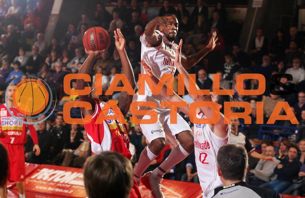 DESCRIZIONE : Reggio Emilia Campionato Lega Basket A2 2011-12  Trenkwalder Reggio Emilia  Marcopoloshop.it Forl&igrave;<br /> GIOCATORE : Jr Tony Bernard Easley<br /> SQUADRA :   Marcopoloshop.it Forl&igrave;<br /> EVENTO : Campionato Lega Basket A2 2011-2012<br /> GARA : Trenkwalder Reggio Emilia  Marcopoloshop.it Forl&igrave;<br /> DATA : 08/01/2012 <br /> CATEGORIA : equilibrio<br /> SPORT : Pallacanestro <br /> AUTORE : Agenzia Ciamillo-Castoria/FotoStudio13<br /> Galleria : Lega Basket A2 2011-2012 <br /> Fotonotizia : Reggio Emilia Campionato Lega Basket A2 2011-12  Trenkwalder Reggio Emilia  Marcopoloshop.it Forl&igrave;<br /> Predefinita :