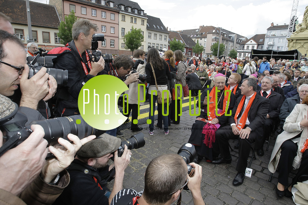 Mannheim. Innenstadt. Katholikentag 2012. Feature Mittwoch.<br /> Marktplatz. Offizielle Er&ouml;ffnung.<br /> Bild: Markus Pro&szlig;witz / masterpress /