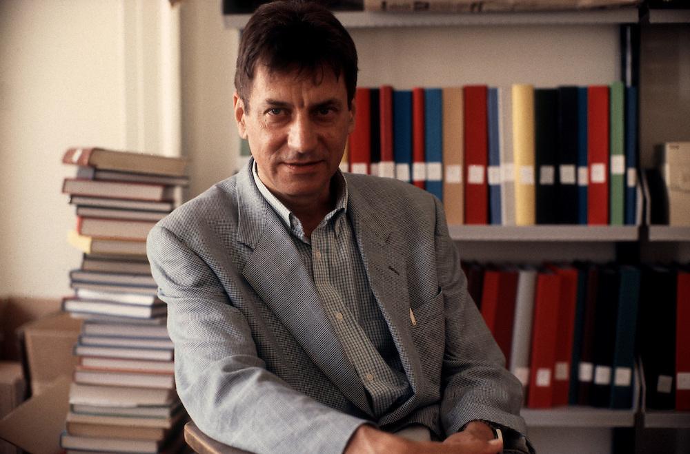 02 SEP 1994 - Trieste - Il prof. Claudio Magris, germanista e scrittore, nel suo studio -  Italian writer Claudio Magris at home.