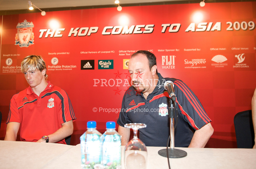 SINGAPORE, SINGAPORE - Thursday, July 23, 2009: Liverpool's manager Rafael Benitez and Fernando Torres during a press conference at the Mandarin Oriental Hotel in Singapore during the second leg of the club's preseason tour of Asia. (Pic by David Rawcliffe/Propaganda)
