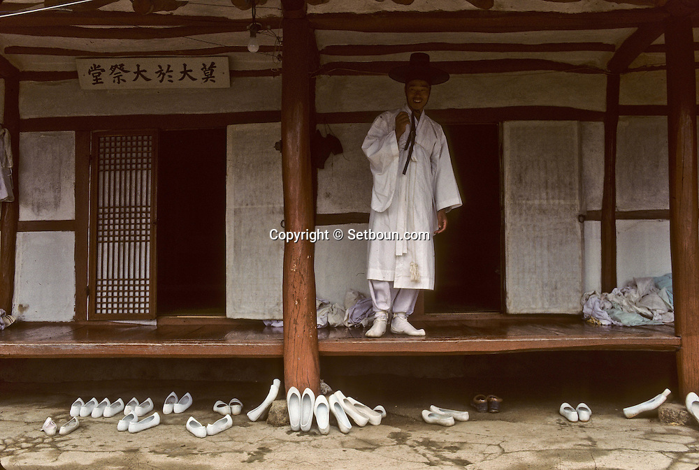 Chonhakdong traditional confucianist village  People take off their shoes before entering the temple. The shoes they wear are traditional korean shoes.     Korea   village traditionnel confucianiste de Chonhakdong  Les fidèles se dechaussent à l'entrèe du temple, les habitants portent des chaussures coreennes traditionnelles         Coree  //////R28/26    L2643  /  R00028  /  P0003020