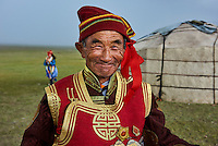 Mongolie, province de Uvs, région de l'ouest, mariage nomade dans la steppe; portrait d'un vieil homme mongol de l'ethnie Dorvod // Mongolia, Uvs province, western Mongolia, nomad wedding in the steppe, portrait of an old man from Dorvod ethnic group