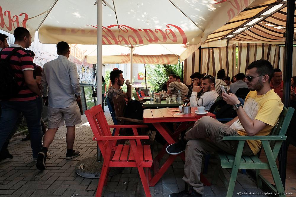 Studenten in einem Kaffe bei der Universität von Pristina.
