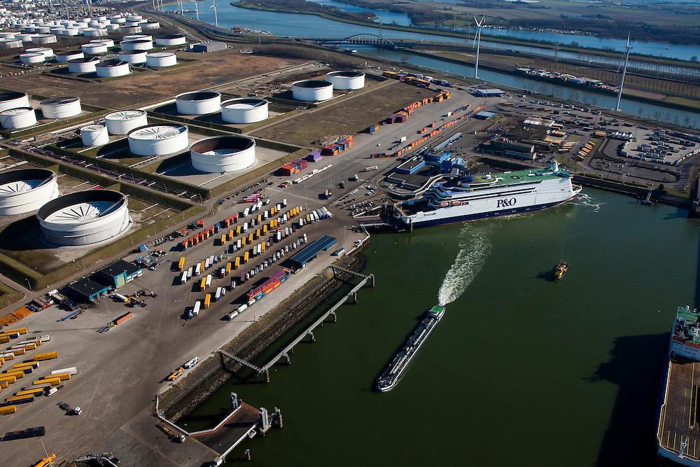 Nederland, Rotterdam, Europoort, 20-03-2009; Beneluxhaven met binnenvaartschip (tanker) in de voorgrond, met veerboot 'Pride of Hull' van maatschappij P&O in de achtergrond. De roll on-roll off ferry van PO onderhoudt de veerdienst Hull-Rotterdam en vervoert ook vrachtwagens met opleggers en trailers.In de achtergrond de olie-oplagtanks van de 5e Petroleumhaven en de Dintelhavenbrug. Benelux Harbour with barge (tanker) and the ferry 'Pride of Hull' of the P & O company. In the background the oil storage tanks of the 5th Petroleum harbour..Swart collectie, luchtfoto (toeslag); Swart Collection, aerial photo (additional fee required); .foto Siebe Swart / photo Siebe Swart