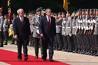 23 MAY 2002, BERLIN/GERMANY:<br /> Johannes Rau (L), Bundespraesident, und George W. Bush (R), Praesident U.S.A., schreiten die Front des Wachbataillons der Bundeswehr ab, waehrend dem Empfang von Bush mit militaerischen Ehren, Schloss Bellevue<br /> George W. Bush (L), President of the United Staates of America, and Johannes Rau (R), Federal President of Germany, Palace Bellevue<br /> IMAGE: 20020523-01-025<br /> KEYWORDS: USA, Präsident, George Bush, militärische Ehren, militärischen Ehren, Soldaten, soldiers, Soldat, soldier
