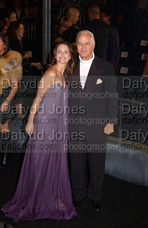 Kristin Davis and Manolo Blahnik, 'Black' fashion show  given by Alexander McQueen and American Express. Earl's court. 3 June 2004. ONE TIME USE ONLY - DO NOT ARCHIVE  © Copyright Photograph by Dafydd Jones 66 Stockwell Park Rd. London SW9 0DA Tel 020 7733 0108 www.dafjones.com