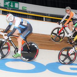 27-12-2014: Wielrennen: NK Baanwielrennen: Apeldoorn Didier Caspers (135) kijkt naar zijn directe belager Melvin van Zijl (187) bovenin kijk Andre Looij toe