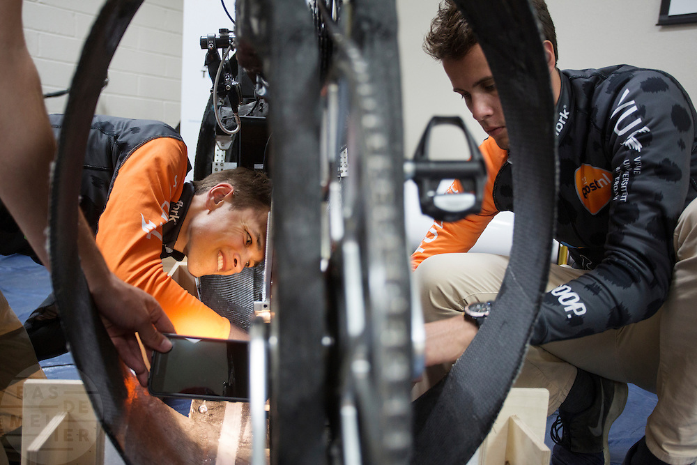 Het Human Power Team Delft en Amsterdam (HPT), dat bestaat uit studenten van de TU Delft en de VU Amsterdam, is in Amerika om te proberen het record snelfietsen te verbreken. In Battle Mountain (Nevada) wordt ieder jaar de World Human Powered Speed Challenge gehouden. Tijdens deze wedstrijd wordt geprobeerd zo hard mogelijk te fietsen op pure menskracht. Het huidige record staat sinds 2015 op naam van de Canadees Todd Reichert die 139,45 km/h reed. De deelnemers bestaan zowel uit teams van universiteiten als uit hobbyisten. Met de gestroomlijnde fietsen willen ze laten zien wat mogelijk is met menskracht. De speciale ligfietsen kunnen gezien worden als de Formule 1 van het fietsen. De kennis die wordt opgedaan wordt ook gebruikt om duurzaam vervoer verder te ontwikkelen.<br /> <br /> The Human Power Team Delft and Amsterdam, a team by students of the TU Delft and the VU Amsterdam, is in America to set a new world record speed cycling.In Battle Mountain (Nevada) each year the World Human Powered Speed ??Challenge is held. During this race they try to ride on pure manpower as hard as possible. Since 2015 the Canadian Todd Reichert is record holder with a speed of 136,45 km/h. The participants consist of both teams from universities and from hobbyists. With the sleek bikes they want to show what is possible with human power. The special recumbent bicycles can be seen as the Formula 1 of the bicycle. The knowledge gained is also used to develop sustainable transport.