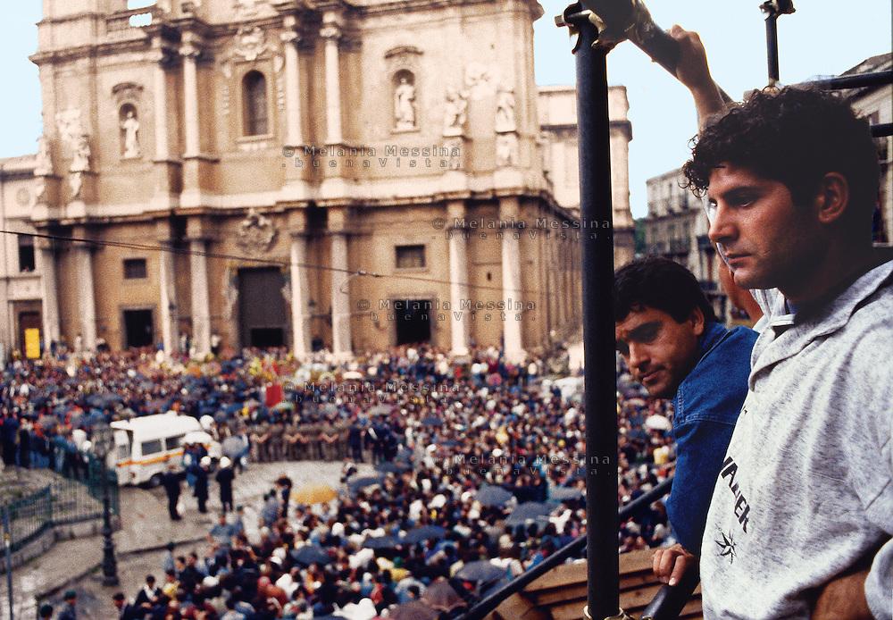 Skipyards workers attend to Falcone's funeral in Palermo.<br /> Operai dei cantieri navali di Palermo al funerale di Giovanni Falcone e dei suoi agenti di scorta.