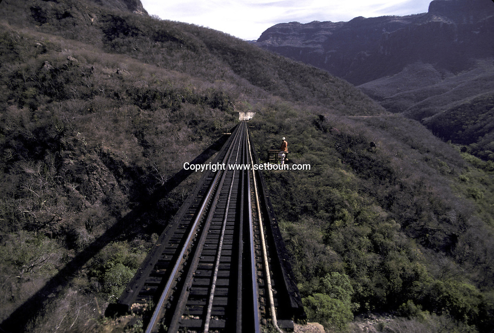 "le train Chihuahua Al Pacifico traverse la Sierra Madre..La voie de chemin de fer traverse les canyons....The train ""Chihuahua al Pacifico""..crossing the Sierra Madre..The railroad....The railroad  ..  ..La voie de chemin de fer traverse les canyons ..R00040/35    L0007354  /  R00040  /  P0003462"