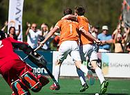 BLOEMENDAAL   - Hockey -  2e wedstrijd halve finale Play Offs heren. Bloemendaal-Amsterdam (2-2) . A'dam wint shoot outs. Roel Bovendeert (Bldaal) scoort 1-0. rechts Thierry Brinkman (Bldaal)COPYRIGHT KOEN SUYK