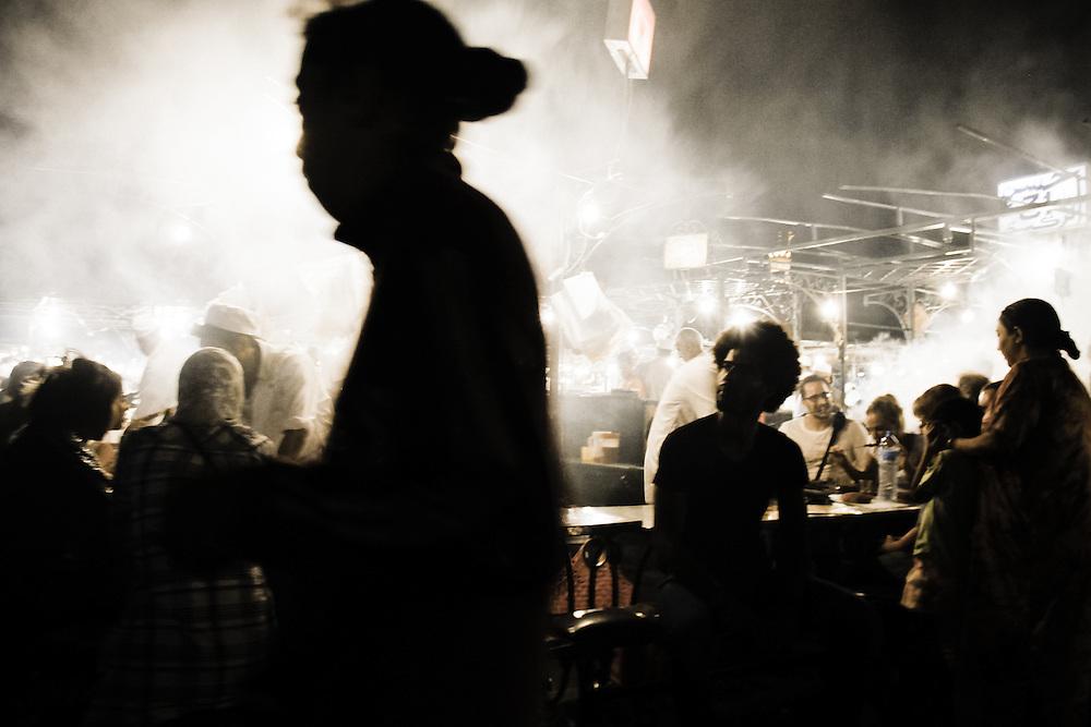 198 / Nachts in Marrakesch: AFRIKA, MAR, MAROKKO, MARRAKESH, MARRAKESCH, 24.09.2010: Der Djemaa El Fna ist der zentrale Marktplatz in Marrakesch in Marokko. Im Arabischen heißt Djemaa el Fna etwa Versammlung der Toten. Dieser Name ruehrt daher, dass die Sultane zur Zeit der Almohaden den Platz als Hinrichtungsstaette nutzten und aufgespießte Koepfe hier zu Schau stellten. Heute wird der Platz wegen seiner orientalischen Atmosphaere von Einheimischen und Menschen aus aller Welt gleichermaßen geschaetzt. So herrscht an den Abenden ein wildes Treiben mit Gauklern und Schlangenbeschwoerern, Vorlesern, Wahrsagerinnen sowie Kuenstlern und Musikern, ferner gibt es Verkaufsstaende, an denen kulinarische Spezialitaeten der Region gereicht werden. Marrakesch liegt am Fuße des Hohen Atlas und zaehlt neben Meknes, Fes und Rabat zu den Koenigsstaedten Marokkos. - Marco del Pra / imagetrust - Stichworte: Afrika, Altstadt, Atlas, Islam, Koenig, Koenigreich, Koenigsstadt, MAR, Marokko, Marrakesch, Marrakesh, medina, Model Release:No, mohammed VI, Muslim, muslimisch, mystisch, Property Release:No,Djemaa El Fna, Marktplatz, Marrakesch, Marokko, Versammlung der Toten, Sultan, Sultane, Almohaden, Hinrichtungsstaette, Platz orientalisch, Orient, Atmosphaere, Verkaufsstaende, Verkaufsstand, Hohe Atlas, Königsstaedten Marokkos, mystisch, Property Release:No,