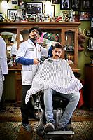 Rotterdam, 9 december 2017 - Kapper Giovanni Uktolseja komt uit een hele kappersfamilie uit Drenthe. Hij werkt bij de bekende barbier Schorem in Rotterdam<br /> Foto: Phil Nijhuis