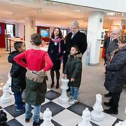 NLD/Huizen/20161130 - Staatsbezoek Belgie dag 3 - Koningin Mathilde en Koningin Maxima bezoeken Utrecht CS, Burgemeester Jan van Zanen