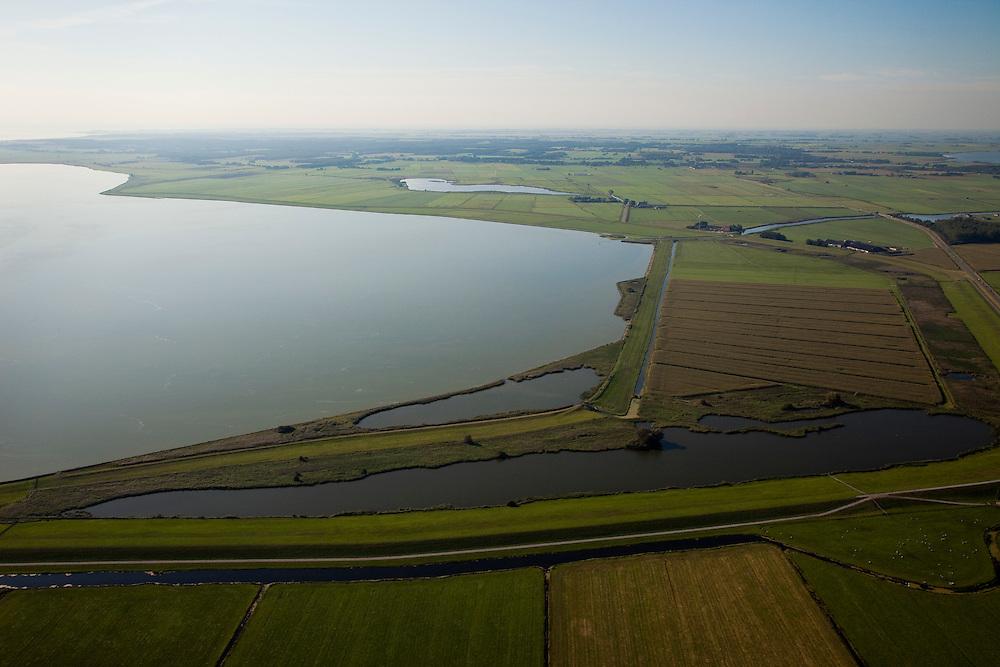 Nederland, Friesland, Gemeente Lemsterland, 08-09-2009; Uitheiing polder met onder in beeld en rechts van de polder de slaperdijk. Langs het water van het IJsselmeer (l), de vroegere zeedijk van de Zuiderzee. Aan de horizon het Gaasterland. .Uitheiing polder with at the bottom of the  image and to the right of the polder the sleeper dike (inner dike). Along the water from the IJsselmeer (l), the seawall of the former Zuiderzee.Luchtfoto (toeslag); aerial photo (additional fee required); .foto Siebe Swart / photo Siebe Swart
