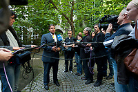 "04 SEP 2010, BERLIN/GERMANY:<br /> Sigmar Gabriel, SPD Parteivorsitzender, gibt Journalisten ein Statment, waehrend der SPD Buergerkonferenz ""Was ist fair?"", Alte Feuerwache<br /> IMAGE: 20100904-01-153<br /> KEYWORDS: Kamera, Camera, Mikrofon, microphone, Journalist"