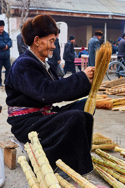 Ouzbekistan, region de Fergana, Marguilan, bazar, marché, vendeur de balais // Uzbekistan, Fergana region, Marguilan, bazaar, market, broom seller