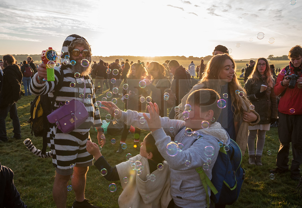 © Licensed to London News Pictures.  21/06/2018; Amesbury, Wiltshire UK. Stonehenge Summer Solstice. An estimated 9500 people gather at the ancient monument of Stonehenge to celebrate the dawn and sunrise on the longest day of the year and the official start of summer. English Heritage provide free public access to the stones each year for the solstice. Photo credit: Simon Chapman/LNP