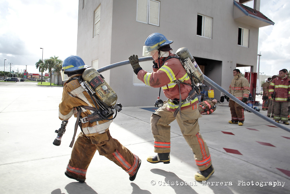 (CH)fl-bomberos-escuela-CHb--Firefights and students during their training session at City of Hialeah Firefighters Department, station number 7 on August 16, 2012.  Staff photo/Cristobal Herrera Hialeah News