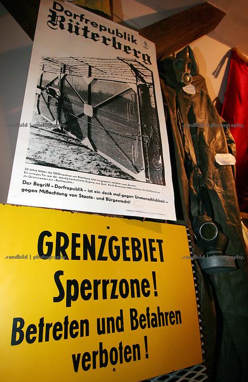 """Original DDR-Devotionalien in der Heimatstube der """"Dorfrepublik Rüterberg"""". Rüterberg war zu Zeiten der DDR wegen seiner Grenznähe komplett eingezäunt und überwacht. Aufgrund dieser Abschottung etablierte sich die Bezeichnung """"Dorfrepblik"""" für den kleinen Ort bei Dömitz (Mecklemburg-Vorpommern)."""