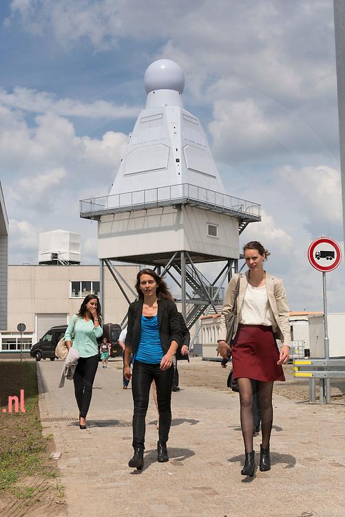 Nederland, Hengelo (O) 07juli2014  -winnaressen van de Thales Scolarship (€5000 p/ps) met op de achtergrond de  I- Mast bestemd voor de zgn schepen van de 'Holland Klasse' van de kon. Marine.  de dames waren daar samen met minister Bussemaker die de radarmast signeerde.  (text is persbericht ministerie OCW) Minister Jet Bussemaker (Onderwijs) stelde maandag 7 juli samen met een aantal vrouwelijke medewerkers de 5e I-mast in bedrijf bij Thales te Hengelo. Thales Nederland ontwikkelt geïntegreerde I-masten voor marineschepen van de zogenaamde Hollandklasse. In deze maststructuur zijn vrijwel alle sensoren en communicatiesystemen aan boord van het schip geïntegreerd. Het zijn de ogen en oren van het schip. Thales is als werkgever aangesloten bij het Techniekpact en zet zich in om meer vrouwen voor de techniek te interesseren. Het bedrijf is op dit moment bezig met een campagne om jonge vrouwen te interesseren voor techniek door jaarlijks 10 scholarships aan te bieden aan vrouwen die in de laatste twee jaar van hun studie zitten. Minister Bussemaker wil dat meer jongeren voor een technische opleiding kiezen. Het aantal studenten dat kiest voor een technische opleiding stijgt. fotografie Cees Elzenga/Hollandse -Hoogte