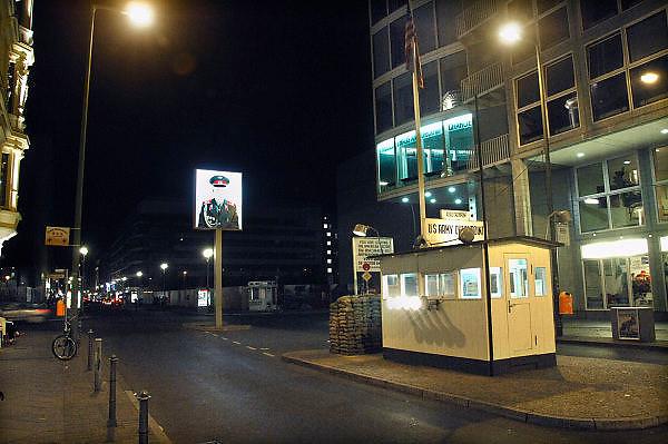 Duitsland, Berlijn, 19-8-2009Checkpoint Charlie, de vroegere grensovergang in de muur.Een replica van het wachthuisje is hier geplaatst na de val van de muur in 1989. Naast het huisje is het mauer museum, het museum van de muur, in het haus am checkpoint.Foto: Flip Franssen/Hollandse Hoogte