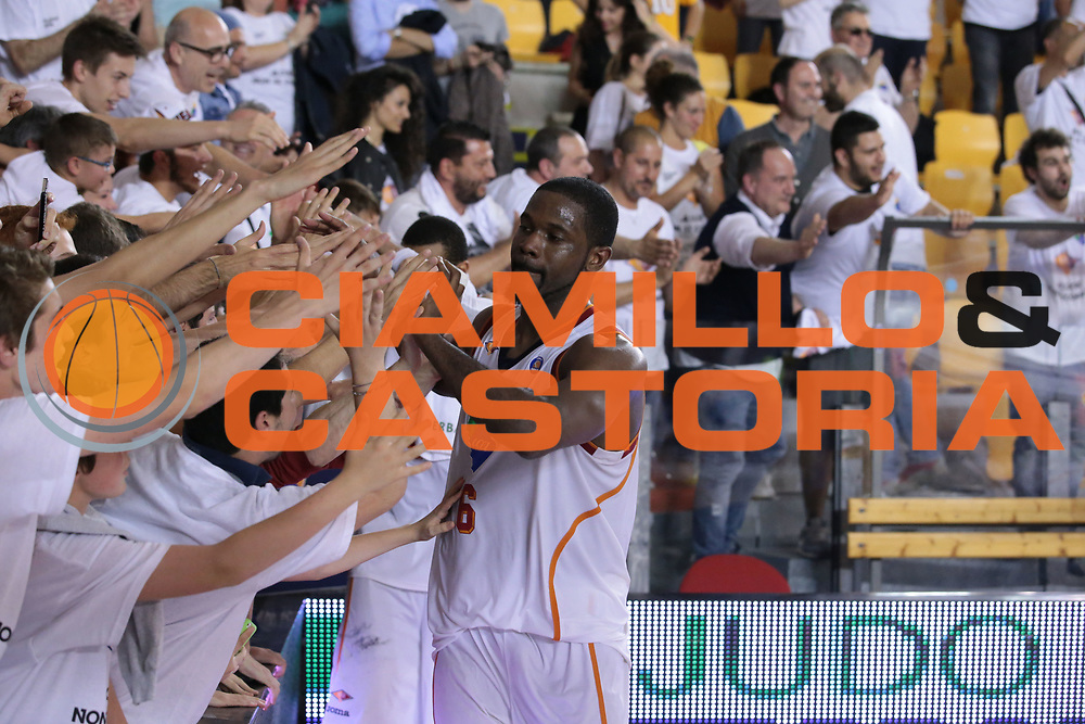 DESCRIZIONE : Roma quarti di finale gara 3 playoff 2013-2014 Acea Roma Acqua Vitasnella Cant&ugrave;<br /> GIOCATORE : Jones Bobby<br /> CATEGORIA : esultanza tifosi ritratto<br /> SQUADRA : Acea Roma<br /> EVENTO : quarti di finale gara 3 playoff 2013-2014<br /> GARA : Acea Roma Acqua Vitasnella Cant&ugrave;<br /> DATA : 24/05/2014<br /> SPORT : Pallacanestro <br /> AUTORE : Agenzia Ciamillo-Castoria/M.Simoni<br /> Galleria : playoff 2013-2014<br /> Fotonotizia : Roma quarti di finale gara 3 playoff 2013-2014 Acea Roma Acqua Vitasnella Cant&ugrave;<br /> Predefinita :
