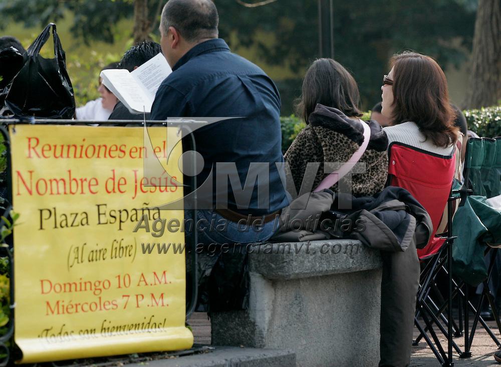 Toluca, Mex.- Aspecto de una reunion de cristianos en la Plaza Espa&ntilde;a, en la ciudad de Toluca. Agencia MVT / Javier Rodriguez. (DIGITAL)<br /> <br /> <br /> <br /> <br /> <br /> <br /> <br /> NO ARCHIVAR - NO ARCHIVE