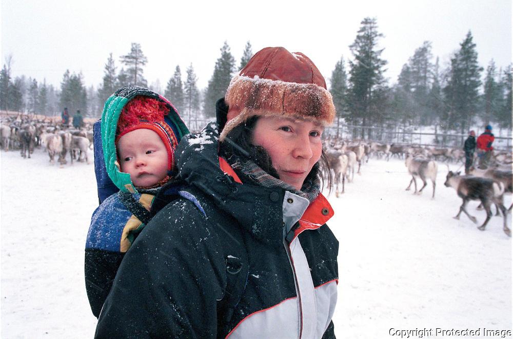 Hanne Lena Wilks (f&oslash;dtjuni -68) med Neila Issat (11 mnd). slakting Seisj&oslash;dalen i Sn&aring;sa<br /> fuji 800