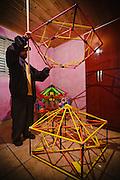 """Hay pocos proyectistas de globos de papel: """"Nanico"""" (enano, en portugués) vive en Paraná, pero vende sus creaciones para São Paulo, mayor provincia del país. """"Nanico"""" enseña el tamaño de las estruturas dónde se montan la celda combustible y los adornos de un globo."""