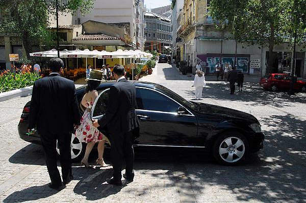Griekenland, Athene, 5-7-2008Vrouw uit een rijke familie wordt door haar chauffeur in de auto gelaten. Door een recente ontvoering van een rijk zakenman hebben veel Griekse rijken particuliere beveiliging genomen.Foto: Flip Franssen