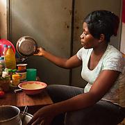 LÉGENDE: Première étudiante a être diplômé à CERFER dans la session pose de pavet. Portrait. LIEU: CERFER, Lomé, Togo. PERSONNE(S): Alema Edem Djagbo (à droite).