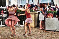 Welcome back to the &quot;Happy Days&quot;<br /> Each year, dozens of rockabilly fans get together in a town of Spain, Calafell<br /> For a week, wherever in this small town near Barcelona they live as people did in the 50's;