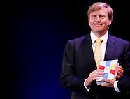 Koning Willem-Alexander ontvangt het eerste exemplaar van de Bijbel in Gewone Taal