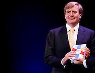 DEN HAAG - Koning Willem-Alexander ontvangt het eerste exemplaar van de Bijbel in Gewone Taal, uit handen van Rieuwerd Buitenwerf, directeur van het Nederlands Bijbelgenootschap. COPYRIGHT ROBIN UTRECHT