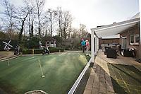 BERGEN op ZOOM - oefengreen van kunstgras  in de achtertuin bij Rob en Diana Mion. COPYRIGHT KOEN SUYK