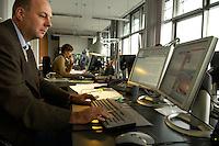 23 SEP 2004, BERLIN/GERMANY:<br /> Mitarbeiter des Bundespresseamtes im Newscenter, Bundespresseamt<br /> IMAGE: 20040923-02-015<br /> KEYWORDS: BPA, Presse- und Informationsamt der Bundesregierung