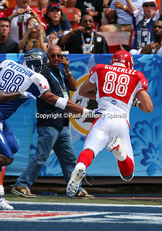 HONOLULU, HI - FEBRUARY 08: AFC All-Stars tight end Tony Gonzalez #88 of the Kansas City Chiefs catches a 19 yard touchdown pass to give the AFC a 7-0 first quarter lead over the NFC All-Stars in the 2009 NFL Pro Bowl at Aloha Stadium on February 8, 2009 in Honolulu, Hawaii. The NFC defeated the AFC 30-21. ©Paul Anthony Spinelli *** Local Caption *** Tony Gonzalez