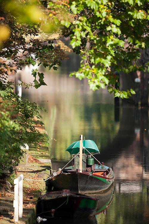 Een bootje in de Oudegracht in Utrecht.<br /> <br /> A boat in the Oudegracht in Utrecht.