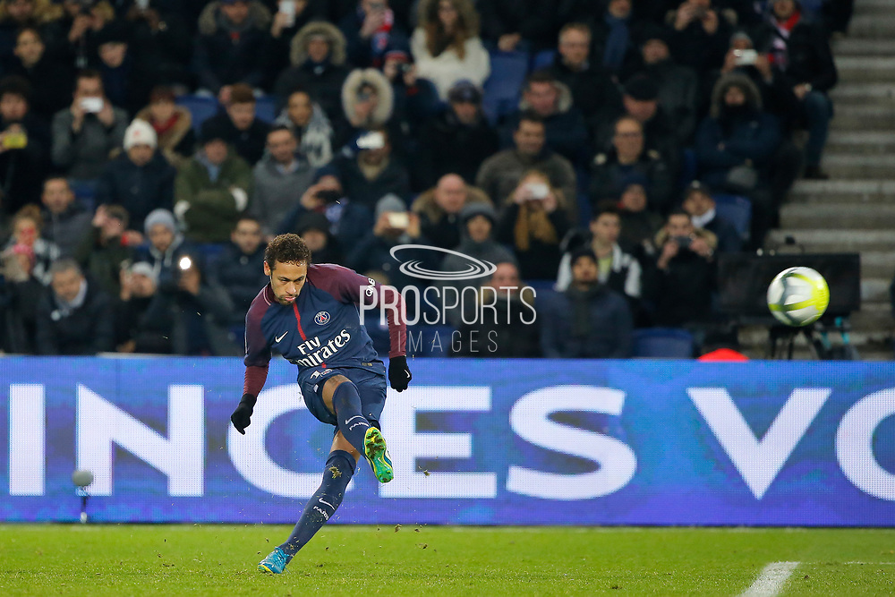 Neymar da Silva Santos Junior - Neymar Jr (PSG) kicked the ball during the French Championship Ligue 1 football match between Paris Saint-Germain and ESTAC Troyes on November 29, 2017 at Parc des Princes stadium in Paris, France - Photo Stephane Allaman / ProSportsImages / DPPI