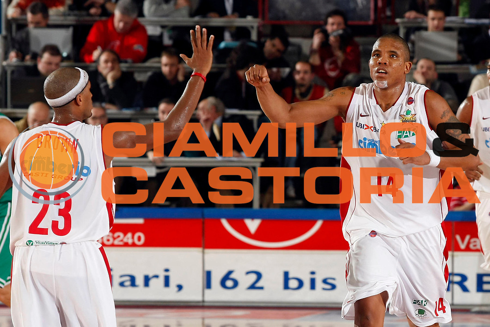 DESCRIZIONE : Varese Lega A1 2007-08 Cimberio Varese Benetton Treviso<br /> GIOCATORE : Tierre Brown Jaime Lloreda<br /> SQUADRA : Cimberio Varese<br /> EVENTO : Campionato Lega A1 2007-2008<br /> GARA : Cimberio Varese Benetton Treviso<br /> DATA : 19/01/2008<br /> CATEGORIA : Esultanza<br /> SPORT : Pallacanestro<br /> AUTORE : Agenzia Ciamillo-Castoria/G.Cottini